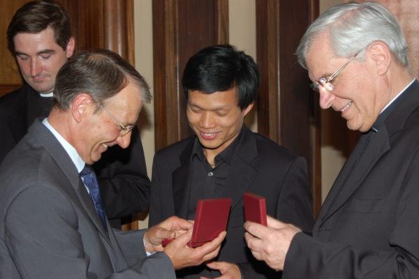 """Mgr Jean-Michel di Falco Léandri et """"Les Prêtres"""" reçoivent la médaille de la CCI des Hautes-Alpes"""