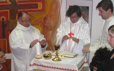 Le Père Éric Blanchard célèbre une de ses premières messes à la K'to Sphère