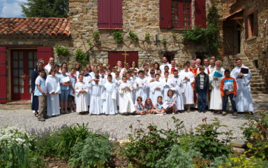 55 jeunes entourent à Rosans deux candidats au presbytérat