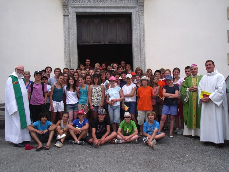 Mgr Jean-Michel di Falco Léandri auprès de jeunes d'un camp MEJ dans le Valgaudemar