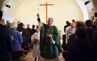 """Mgr Jean-Michel di Falco Léandri à La Bâtie-Vieille pour fêter la restauration de l'église : """"Merci, chien !"""""""