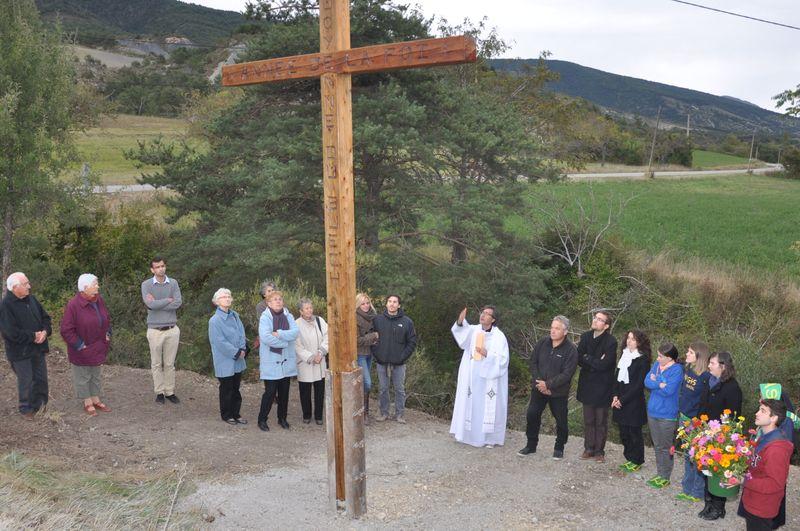 Les JMJistes témoignent de Rio et célèbrent l'Année de la foi par une immense croix de mélèze plantée à L'Épine