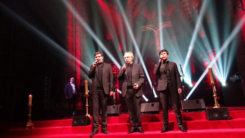 """Standing ovation pour """"Les Prêtres"""" à Gap"""