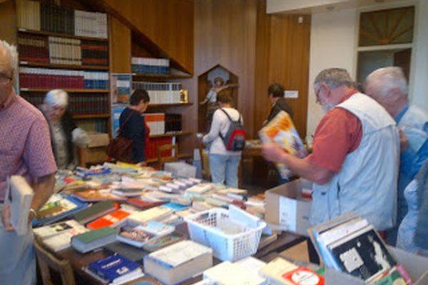 Braderie au profit des jeunes à la bibliothèque diocésaine