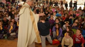 «Pour être ami de Jésus, c'est comme pour le foot, il faut s'entraîner !» dit Mgr Jean-Michel di Falco Léandri aux enfants