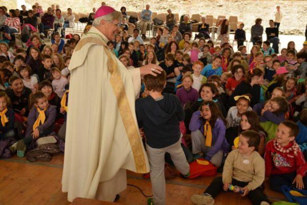 """""""Pour être ami de Jésus, c'est comme pour le foot, il faut s'entraîner !"""" dit Mgr Jean-Michel di Falco Léandri aux enfants"""