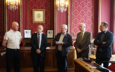 Le père Pierre Fournier remet l'Ordre national du Mérite à Jean-Pierre Reybaud