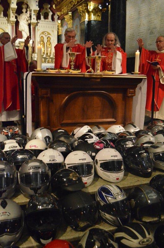 """Bénédiction et hurlement de """"canassons"""" au sanctuaire Notre-Dame du Laus"""