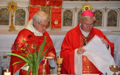 """Installation du père Pierre Fournier comme curé : """"Nous prêtres, comme le fit Simon de Cyrène pour le Christ, nous avons aussi pour mission de porter les croix de certains de ceux qui croisent notre route."""""""