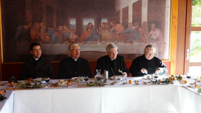 Déjeuners festifs à la Maison épiscopale à l'approche de Noël