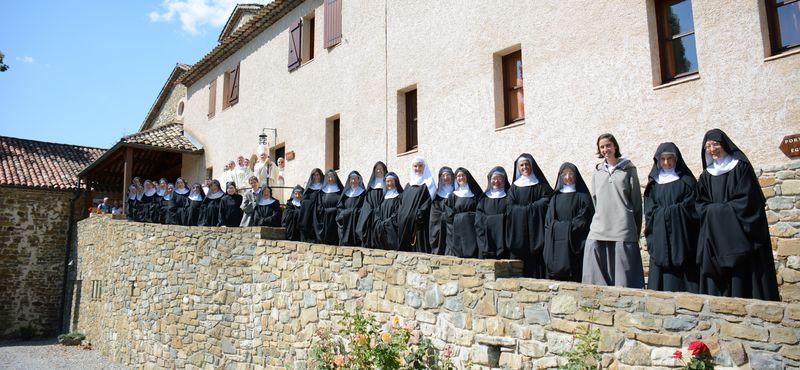 You are currently viewing « Vous êtes, mes sœurs, spirituellement des nomades, des expatriées », dit Mgr Jean-Michel di Falco Léandri