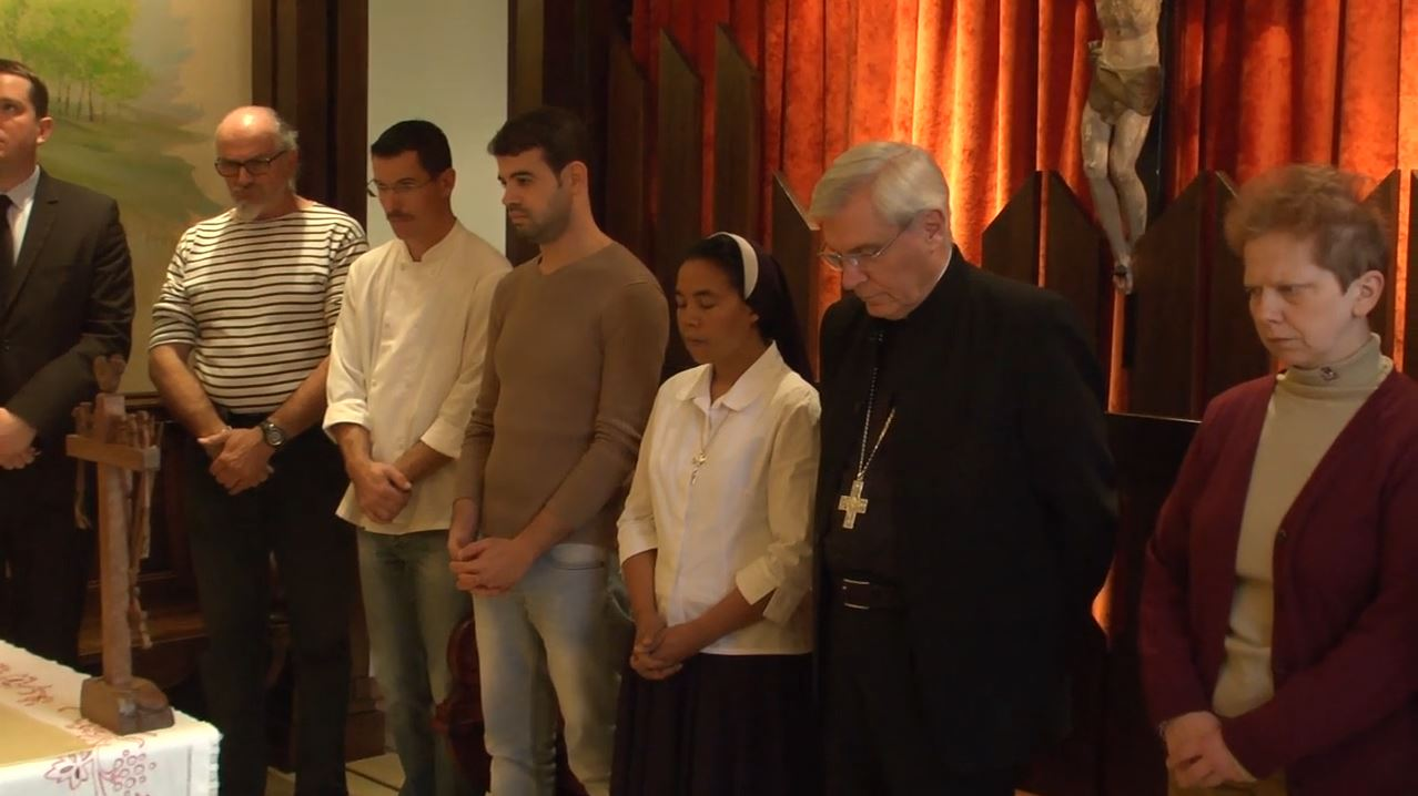 Minute de silence à la maison épiscopale de Gap avec Mgr Jean-Michel di Falco Léandri