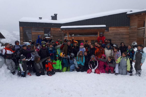 Jeunes, religieuses, prêtres et évêque au ski