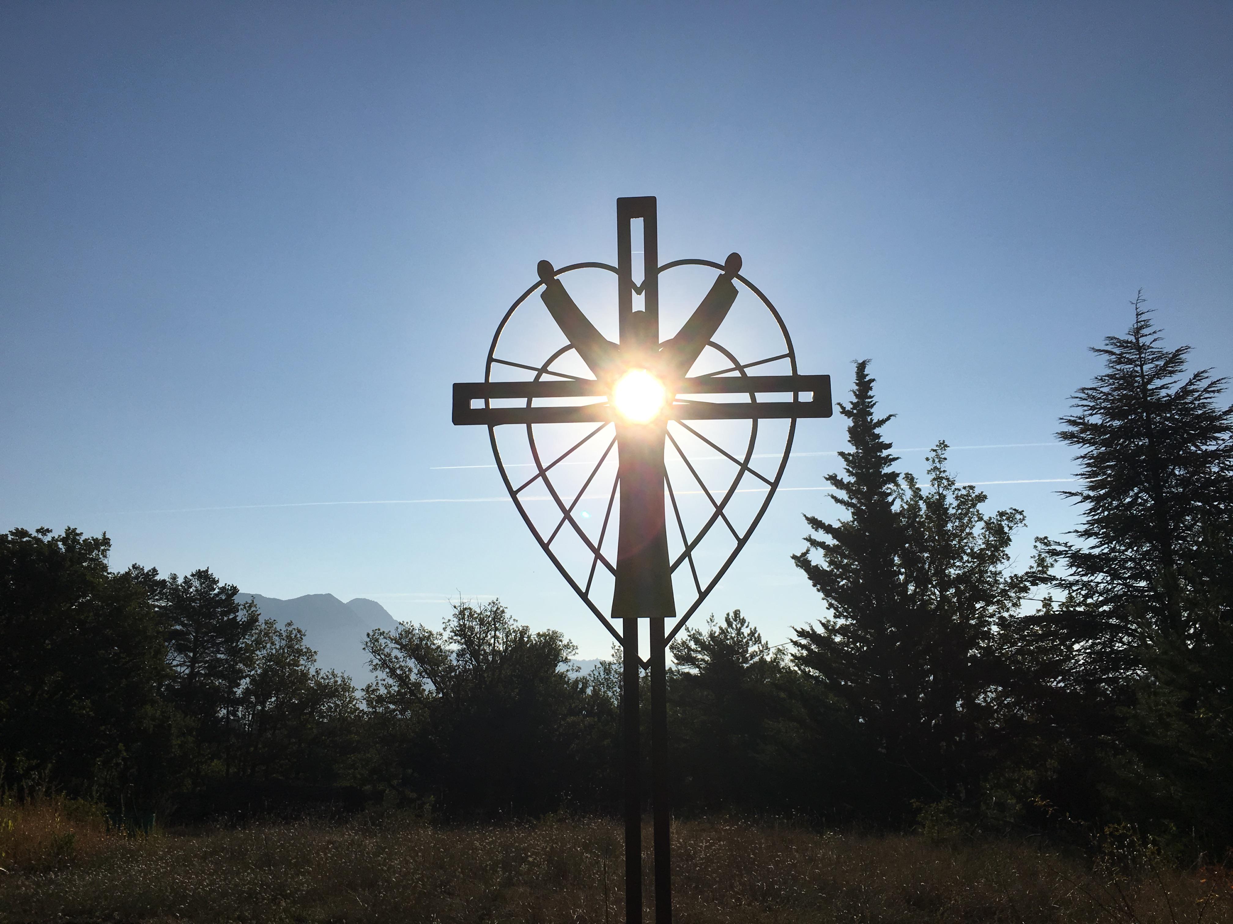 Gros succès de la journée à l'occasion de la bénédiction de la Croix de Lumière à Curbans