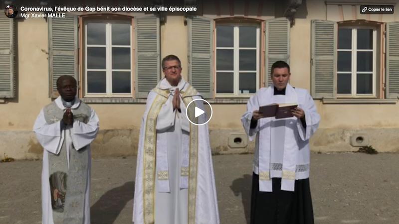 Mgr Xavier Malle bénit le diocèse de Gap et la ville épiscopale depuis Charance #coronavirus