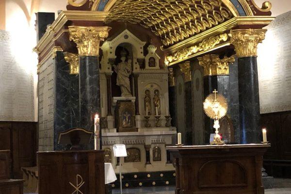 Mgr Xavier Malle allume un cierge devant la Vierge du Laus #coronavirus