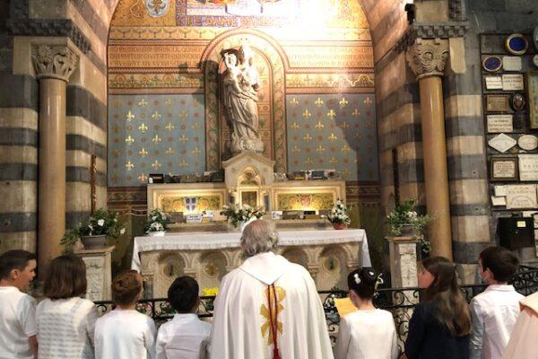 'Je vous aime, je me donne à vous pour toujours'. 6 juin 2021 – Fête Dieu à Embrun, anniversaire apparition de Marie à Benoîte Rencurel – Première Communions.